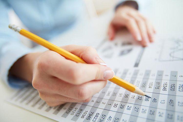 счетоводител изчислява лихва по кредит